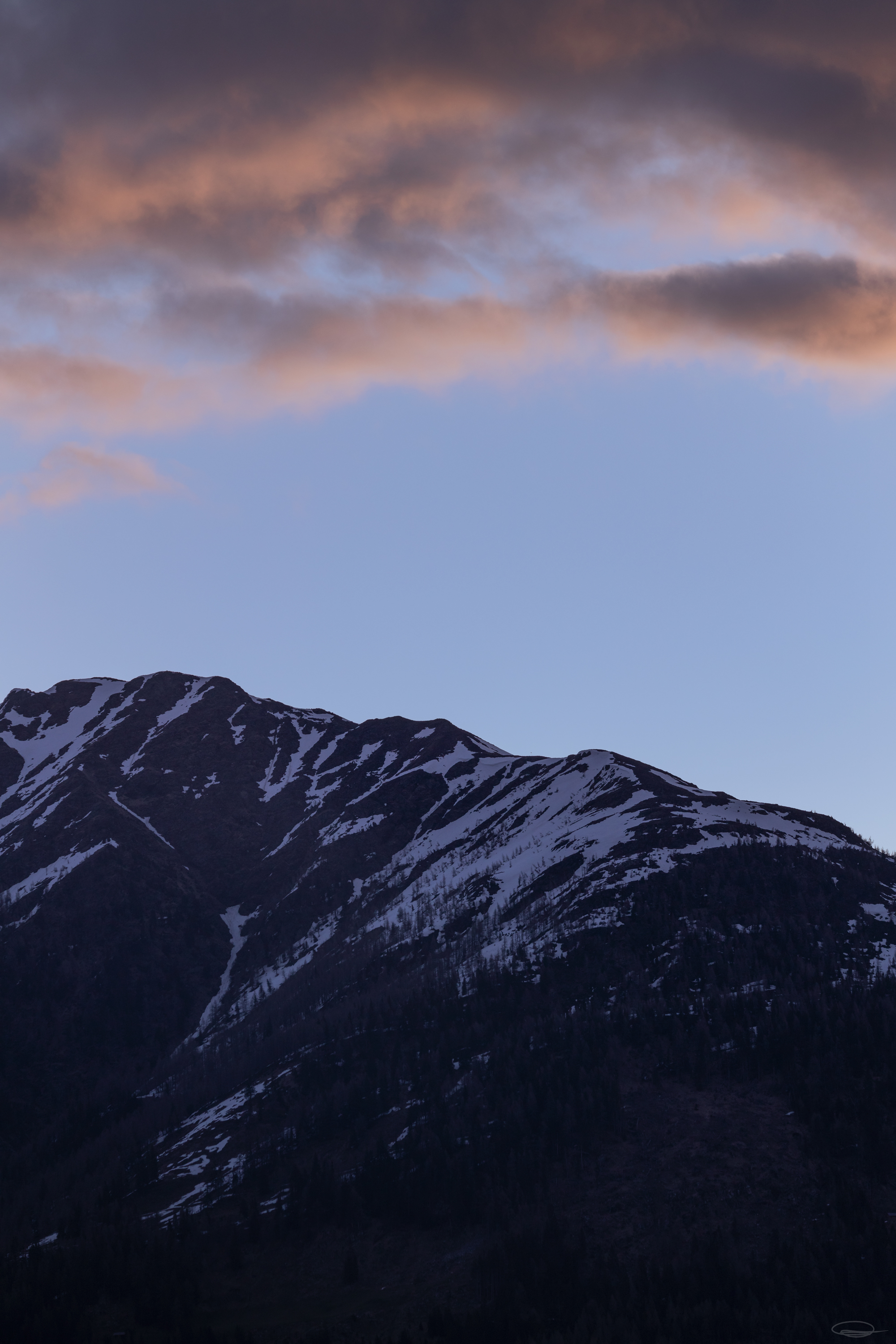 Hiking, Wild Camping & Alpenglow : the mountains in the north have still been in the shadows