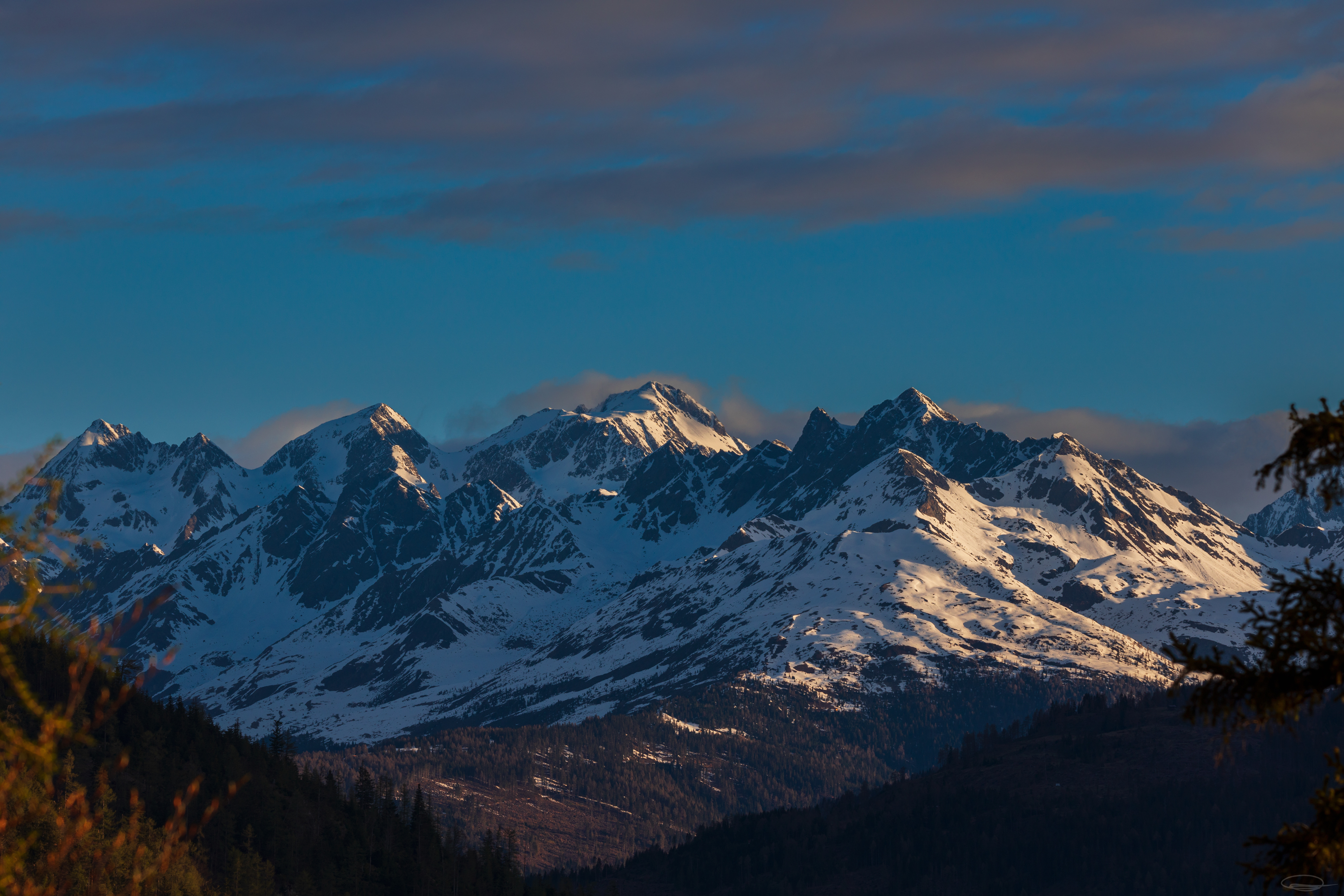 Hiking, Wild Camping & Alpenglow : amazing mountain view after the sun has risen